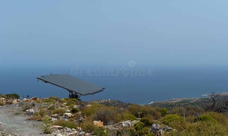 Um painel de bateria solar na montanha íngreme fotos de stock royalty free