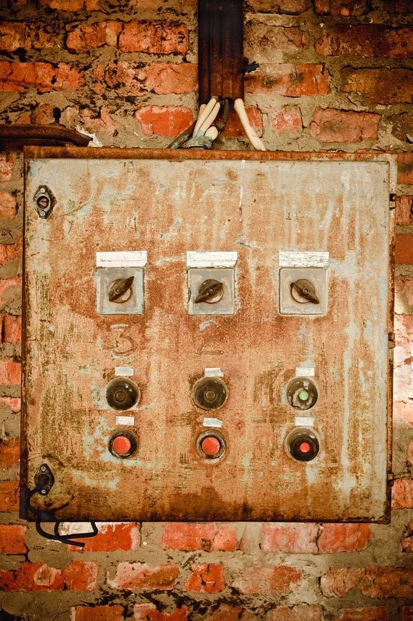 Um painel de controle oxidado velho na parede foto de stock royalty free