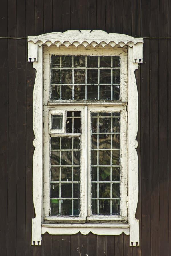 Um painel de madeira velho da porta com pintura branca de vidro e grunge, quadro completo foto de stock royalty free