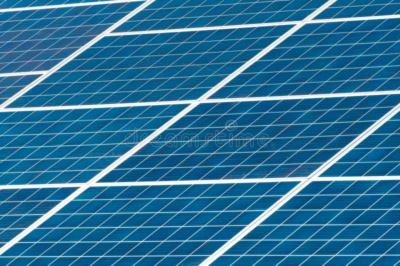 Um painel solar Central elétrica usando a energia solar renovável com sol fotos de stock royalty free