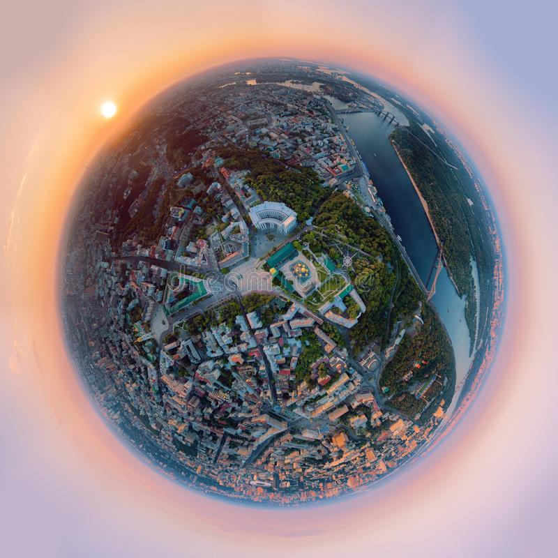 Um panorama grande de 360 graus na alta resolução da cidade de Kiev sobre o monastério Dourado-abobadado do ` s de St Michael em fotos de stock royalty free