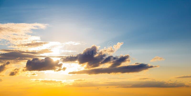Um panorama magnífico da luz e das nuvens do nascer do sol no céu alaranjado foto de stock royalty free