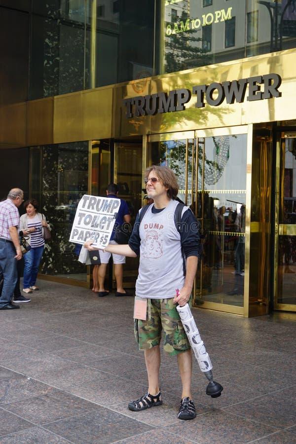 Um papel higiênico do sellingTrump do protestador na frente da torre do trunfo em New York fotografia de stock royalty free