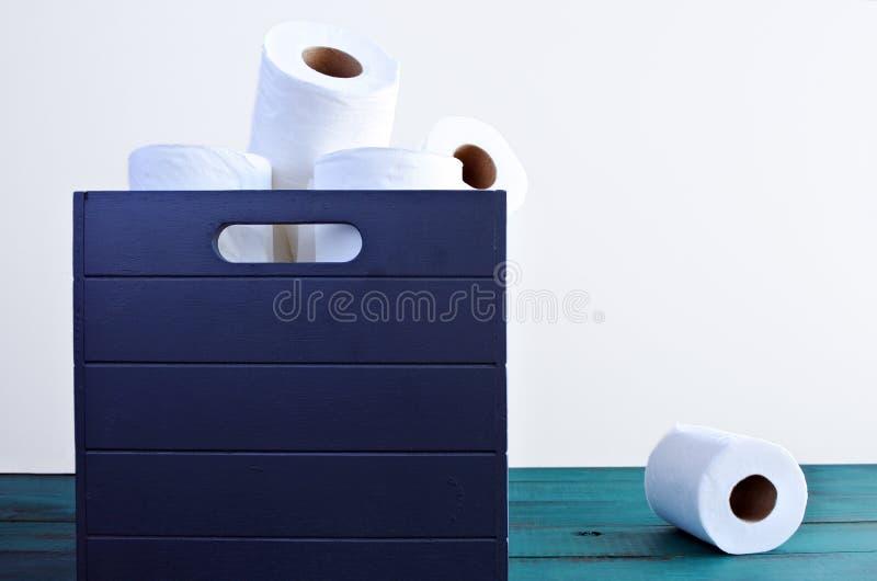 Um papel higiênico fora da caixa de papéis higiênicos fotos de stock royalty free