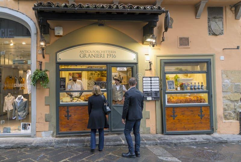 Um par compra o alimento em uma loja no centro da cidade fotos de stock