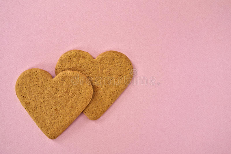 Um par cookies dadas forma coração fotografia de stock