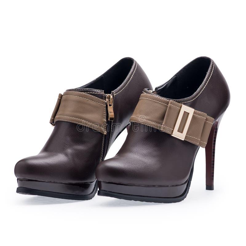 Um par das sapatas das mulheres bronzeia estiletes com curvatura do metal foto de stock royalty free
