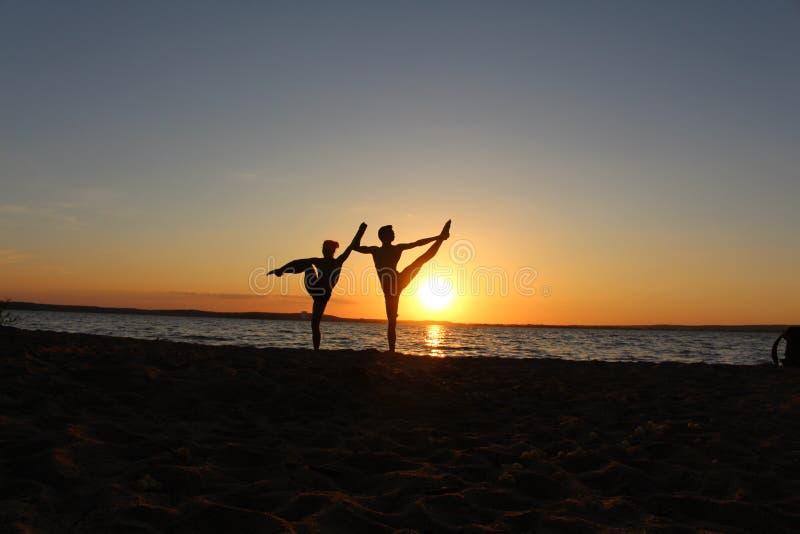 Um par de atletas das ginastas Foto da silhueta fotos de stock