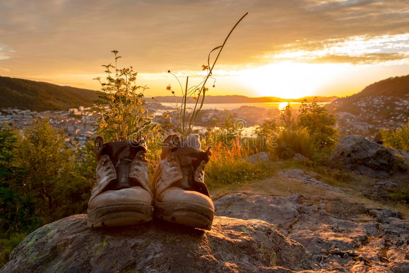 Um par de botas de caminhada gastas foto de stock