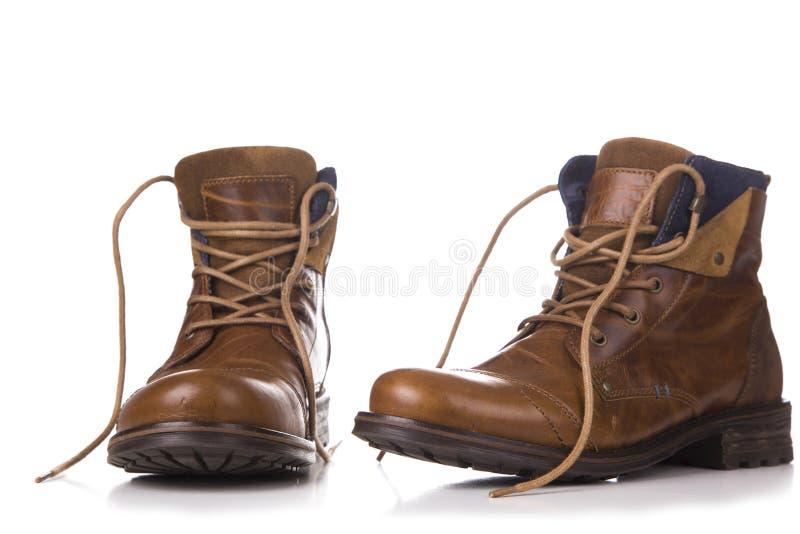 Um par de botas gastas isoladas em um fundo branco fotografia de stock