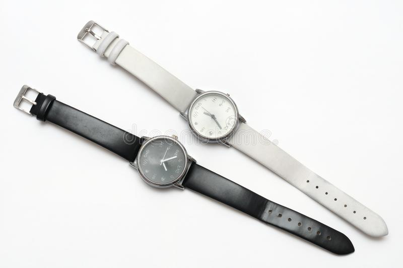 Um par de contraste preto e branco da cor contudo de relógios de pulso similares do projeto imagens de stock royalty free