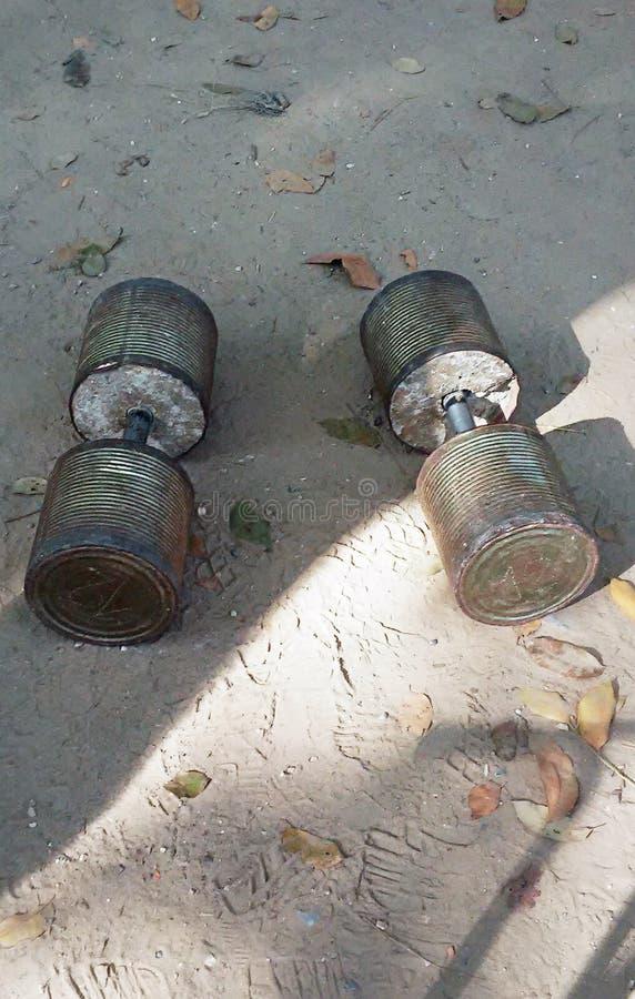 Um par de dumbells caseiros foto de stock royalty free