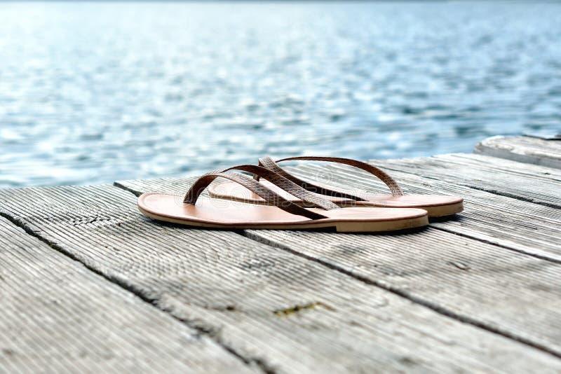 Um par de flip-flops aproxima o lago fotos de stock royalty free