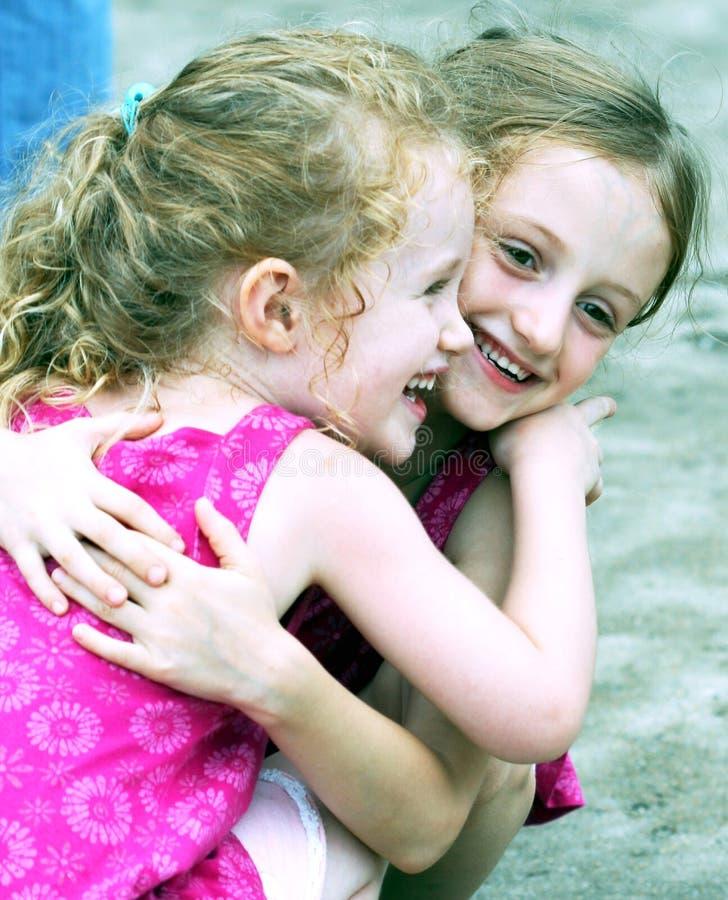 Um par de Hug das irmãs foto de stock