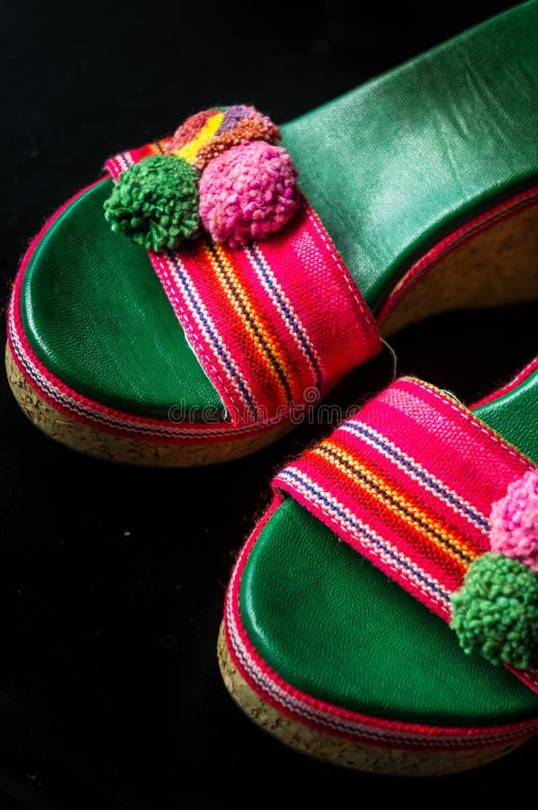 Um par de sandálias bonitos do salto alto fotos de stock