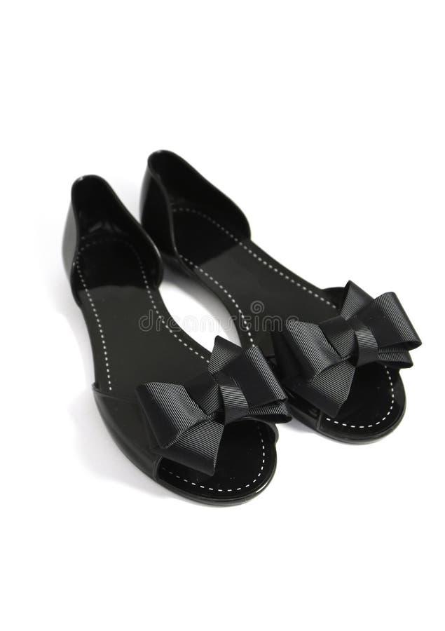 Um par de sapata à moda extravagante do verão da mulher negra com fita curva-se, foto de stock royalty free