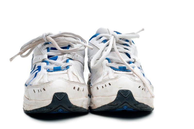 Um par de sapatas atléticas desgastadas velhas imagens de stock