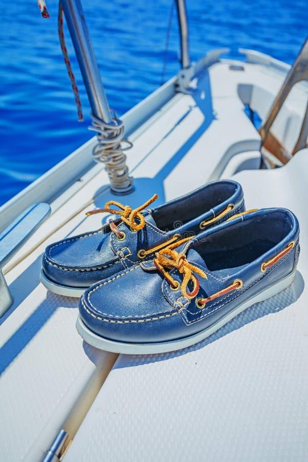 Um par de topsider na plataforma branca do iate yachting fotos de stock royalty free