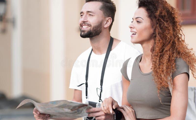 Um par de turistas novos felizes que sightseeing no verão foto de stock