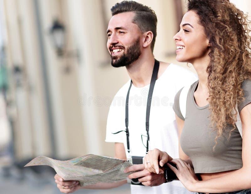 Um par de turistas novos felizes que sightseeing no verão fotos de stock royalty free