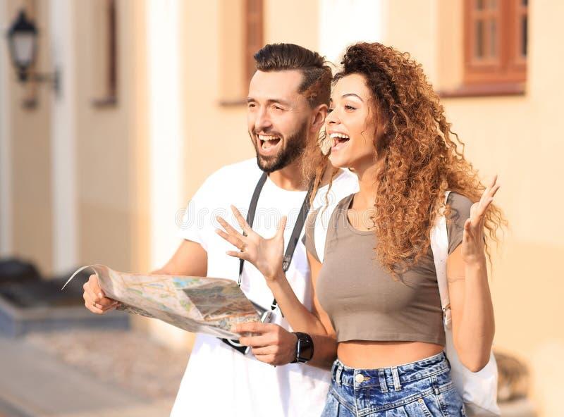 Um par de turistas novos felizes que sightseeing no verão fotografia de stock royalty free