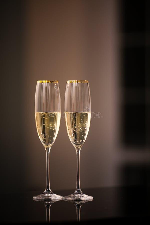 Um par de vidros do champanhe no interior fotografia de stock