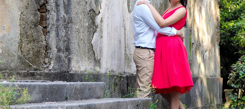 Um par elegante bonito no amor, abraços no parque, data romântica fotos de stock royalty free