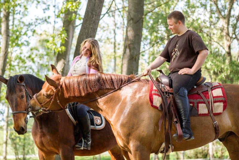 Um par em um passeio do cavalo fotos de stock royalty free