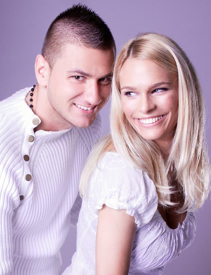 Um par encantador atrativo no levantamento romancing foto de stock royalty free