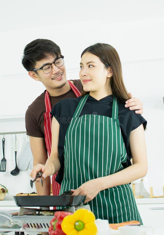 Um par está cozinhando na cozinha imagens de stock royalty free