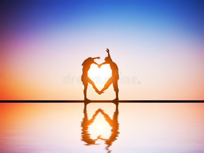 Um par feliz no amor que faz um coração dá forma fotos de stock royalty free