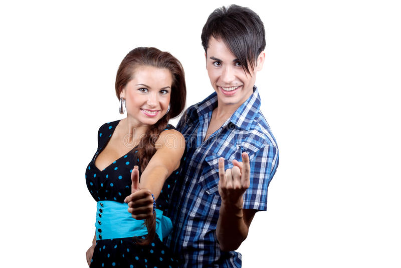 Um par feliz novo que mostra os polegares acima. foto de stock royalty free