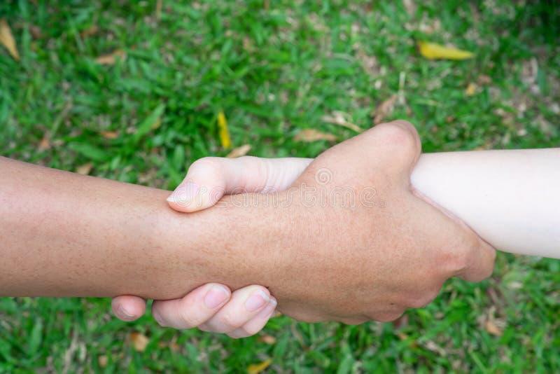Um par guarda a mão para ajudar-se e para ser junto foto de stock royalty free