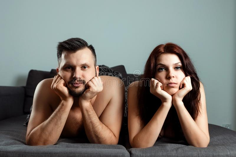 Um par, um homem e uma mulher est?o encontrando-se na cama sem desejo sexual, apatia, amor acabam-se Prel?dio na cama, falta do s foto de stock royalty free