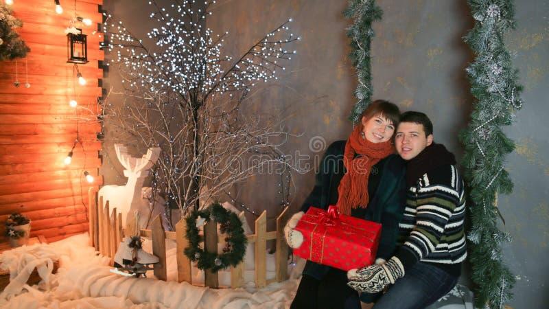 Um par loving aprecia-se contra um fundo de decorações do conto de fadas Tema do Natal e do ano novo imagem de stock royalty free