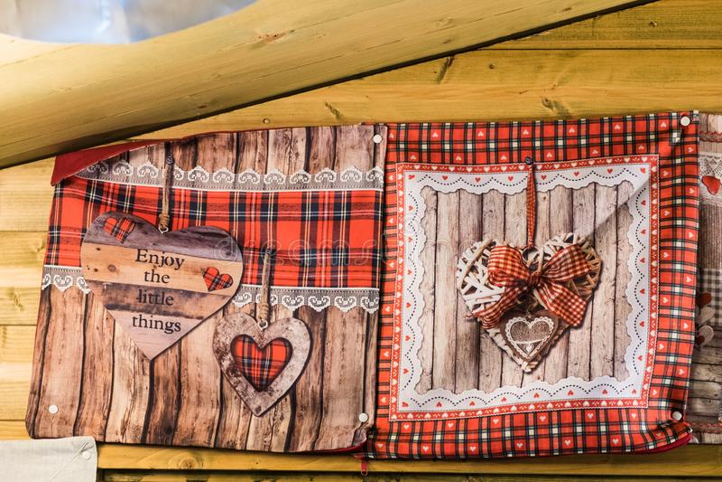 Um par luva do forno com a decoração dada forma coração fotografia de stock