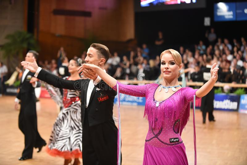 Um par não identificado da dança em uma dança levanta durante o padrão do grand slam no campeonato aberto do alemão foto de stock