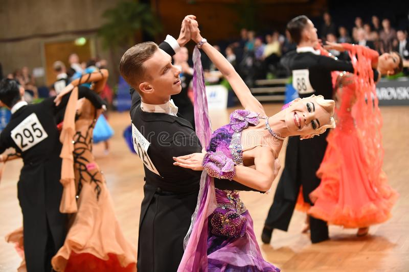 Um par não identificado da dança em uma dança levanta durante o padrão do grand slam no campeonato aberto do alemão fotos de stock royalty free