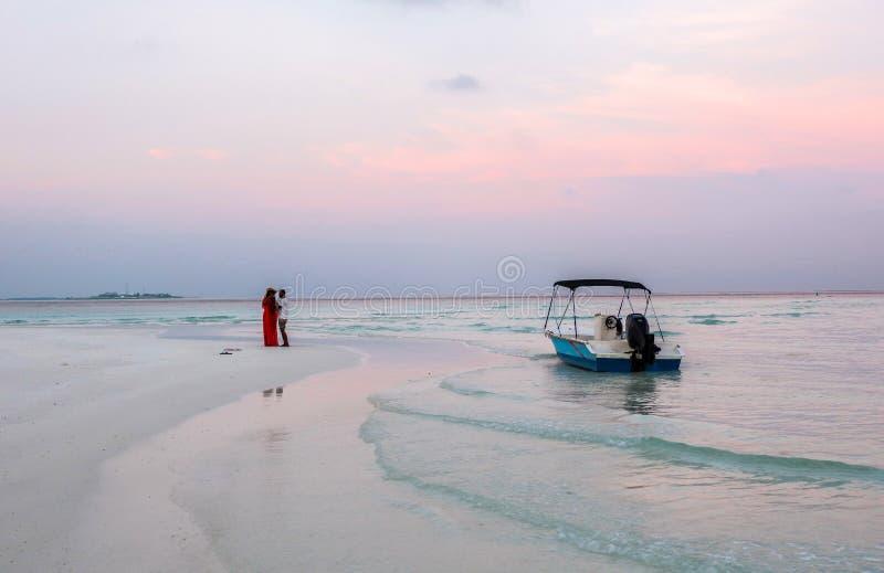 Um par na frente do recurso em Maldivas fotos de stock royalty free