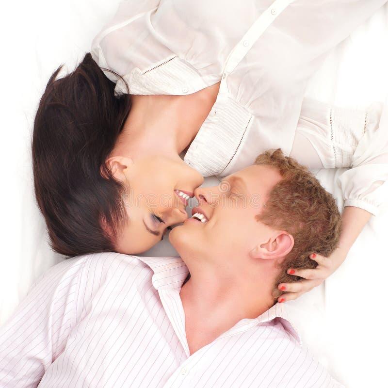 Um par novo e feliz no branco fotos de stock royalty free