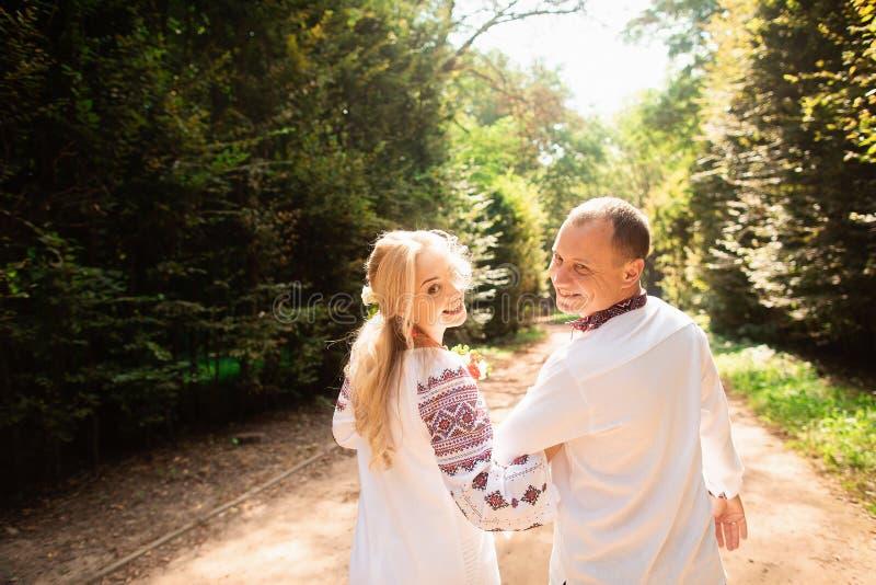 Um par novo em um ramalhete ucraniano tradicional do whith da roupa para apreciar o dia ensolarado no parque de Stryisky em Lviv  imagem de stock