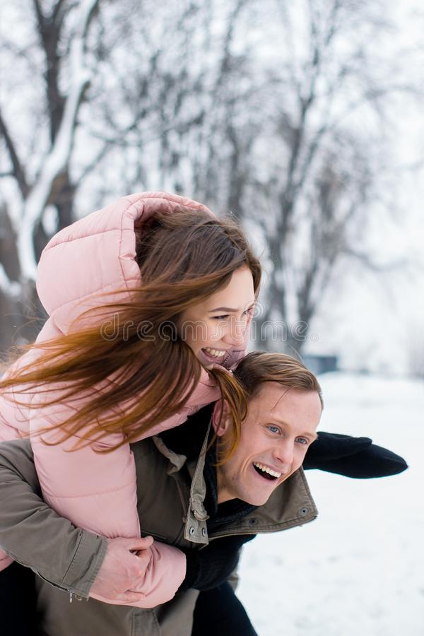 Um par novo feliz de viajantes do inverno foto de stock royalty free