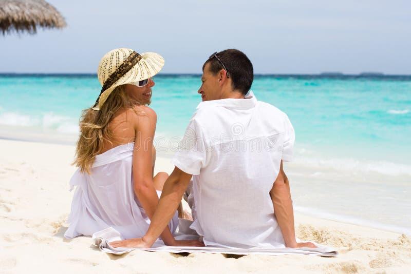 Um par novo feliz em uma praia foto de stock royalty free