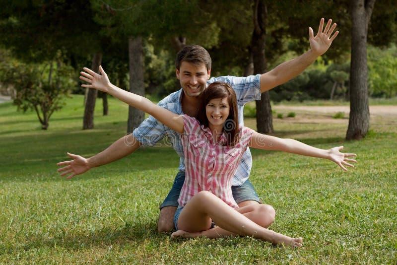 Um par novo no amor em um parque imagem de stock