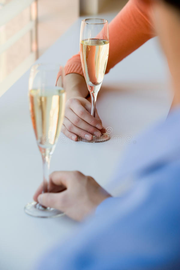 Um par que come o champanhe foto de stock royalty free