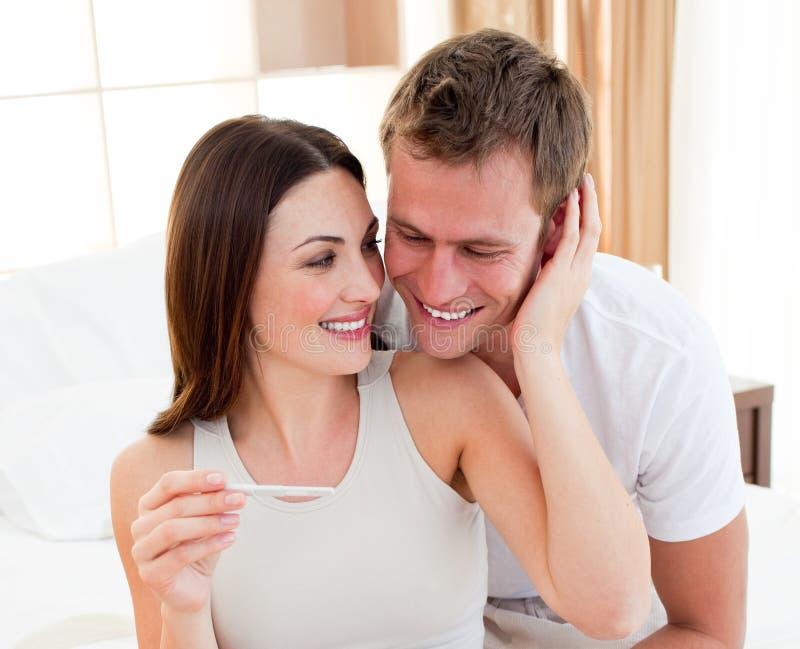 Um par que encontra resultados de um teste de gravidez fotos de stock royalty free