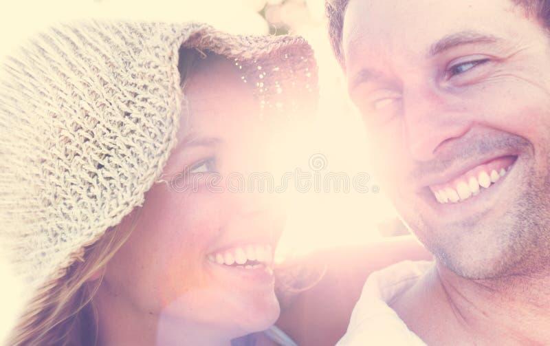 Um par que relaxa no conceito romântico do amor da praia imagens de stock