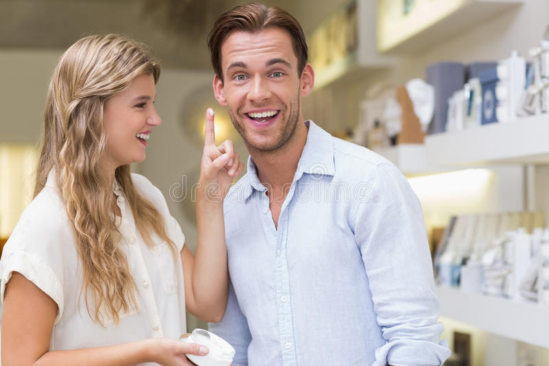 Um par que testa uma amostra de produtos de beleza fotos de stock