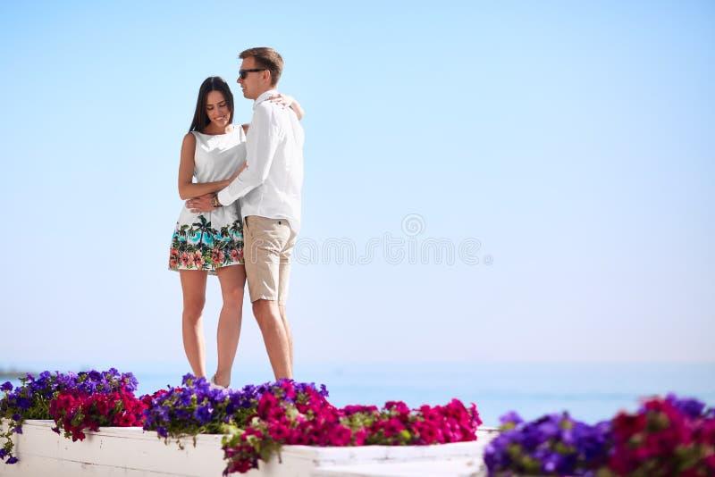 Um par romântico feliz Noivo e amiga em um recurso Amantes que abraçam em um conceito do relacionamento da costa de mar Copie o e fotografia de stock