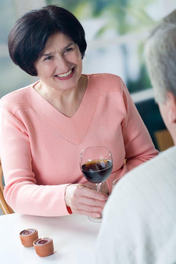 Um par sênior feliz que brinda seus anos junto imagem de stock royalty free